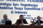 Direktur Seameo-Seamolec, Dr Ir Gatot Hari Priowirjanto, menyampaikan materi dalam seminar nasional pendidikan berjudul Paradigma Baru Pengembangan LPTK di Indonesia yang digelar FKIP UNS di aula FKIP UNS, Rabu (28/3/2012). (JIBI/SOLOPOS/Eni Widiastuti)