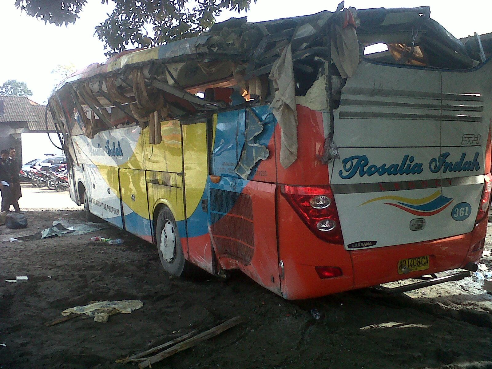 gambar bus rosalia indah tabrakan   Ping Bus