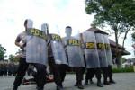 PEMILU 2014 : Dibubarkan Paksa Polisi, Motor Simpatisan PKB Masuk Parit