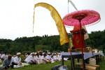 UPACARA MELASTI- Umat Hindu  melaksanakan upacara Melasti di Telaga Madirda, Desa Berjo, Kecamatan Ngargoyoso, Kabupaten Karanganyar, Minggu (18/3/2012). Upacara Melasti teersebut merupakan rangkaian upacara perayaan Hari Raya Nyepi Tahun Saka 1934 untuk menyucikan diri dan alam semesta. (JIBI/SOLOPOS/Dwi Prasetya)