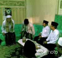 Kiai Faqih semasa masih hidup (paling kiri). sumber foto Detikcom