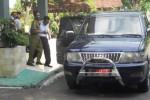 PINDAH KE LP -- Dua mantan Sekwan Grobogan, Sutanto dan Sunarto, dikawal petugas Kejaksaan Negeri Purwodadi saat pemindahan lokasi penahanan dari Rutan Purwodadi ke LP Kedungpane Semarang, beberapa waktu lalu. Arif Fajar S/JIBI/SOLOPOS