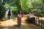 Seorang korban banjir di Desa Jatorejo, Kecamatan Giritontro, Kabupaten Wonogiri menjemur tikar setelah air surut, Jumat (6/4/2012). (Trianto Hery Suryono/JIBI/Solopos)