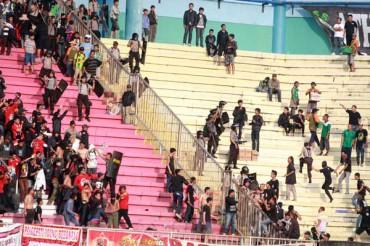 PANAS -- Petugas kepolisian mencoba melerai para suporter yang terlibat bentrok di tribun Stadion Maguwo harjo Selaman dalam pertandingan Persis Solo melawan PSS Sleman, Sabtu (21/4/2012). (JIBI/Harian Jogja/Gigih M Hanafi)