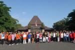 PERINGATAN HARI KARTINI-- Karyawan Pemkot Solo mengikuti jalan sehat yang mengambil start - finish di Balikota Solo, Jumat (27/4/2012). Acara tersebut merupakan rangkaian kegiatan peringatan Hari Kartini. (Sunaryo Haryo Bayu /JIBI/SOLOPOS)