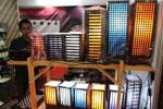 KERAJINAN KAYU--Beberapa hasil kerajinan dari limbah kayu produksi UD Kelapa Budaya , Klaten  dipamerkan dalam pameran Rakesnas Ikatan Persaudaraan Haji Indonesia (IPHI) di Megaland, Purwosari, Solo. (Sunaryo Haryo Bayu/JIBI/SOLOPOS)