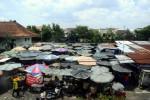 PASAR SANGKRAH -- Pedagang beraktivitas di Pasar Sangkrah, Pasar Kliwon, Solo yang merupakan lahan milik PT Kereta Api Indonesia (KAI), Selasa (17/1/2012). (Dwi Prasetya/JIBI/SOLOPOS))