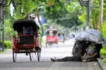 KEMISKINAN -- Seorang pemulung beristirahat di city walk Jl Slamet Riyadi, Solo, beberapa waktu lalu. Pendataan TKPKD menunjukkan jumlah penduduk miskin yang lebih besar dibandingkan data sejumlah lembaga yang ada selama ini. (JIBI/SOLOPOS/Dwi Prasetya)