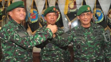 SALAM KOMANDO-Pejabat lama Kepala Staf Komando Daerah Militer (Kasdam) IV/Diponegoro Brigjen TNI Sunindyo (kiri) melakukan salam komando dengan pejabat Kasdam yang baru Brigjen TNI Agus Kriswanto (kanan) dan Pangdam IV/Diponegoro, Mayjen TNI Mulhim Asyrof di Makodam, Senin (21/5/2012). (JIBI/SOLOPOS/Insetyonoto)