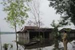 GANTI RUGI -- Rumah seorang warga kawasan Waduk Kedung Ombo terlihat tergenang air akibat meluapnya waduk beberapa waktu lalu. Upaya penyelesaian ganti rugi dan relokasi warga kawasan sabuk hiaju waduk tersebut kini terus diupayakan penyelesaiannya. (JIBI/SOLOPOS/Hanifah Kusumastuti)