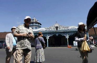 GANGGU PARIWISATA -- Sejumlah wisatawan asal Jepang berada di depan Keraton Solo beberapa waktu lalu. Konflik di Keraton Solo dikhawatirkan berdampak negatif terhadap kunjungan wisatawan. (JIBI/SOLOPOS/Burhan Aris Nugraha)