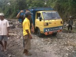 DIUSIR—Warga mengusir sejumlah penambang di Kali Opak beberapa waktu lalu (JIBI/Harian Jogja/Switzy Sabandar)