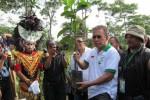 TANAM POHON-Musisi, Iwan Fals bersiap menanam pohon di kompleks Kantor Pemkab Boyolali baru di Kelurahan Kemiri, Kecamatan Mojosongo, Sabtu (9/6/2012) pagi. (JIBI/SOLOPOS/Farida Trisnaningtyas)