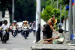 TARGET -- Seorang warga memberi sedekah kepada seorang pengemis di pinggir Jalan Jenderal Sudirman, Solo, beberapa waktu lalu. DPRD Jateng mempertanyakan kinerja Pemprov yang dinilai gagal memeunhi target pengurangan kemiskinan. (JIBI/SOLOPOS/Dwi Prasetya)