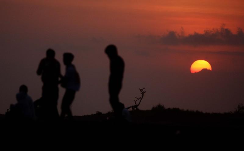 Jibi/HarianJogja/Gigih M. Hanafi Wisatawan menikmati sunset di Pantai Depok, Bantul, Minggu (17/6). Keindahan pantai yang berada sekitar 25 kilometer sebelah selatan kota Jogja tersebut masih menjadi pilihan wisatawan untuk mengisi liburan.