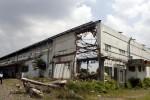 BANGUNAN SARIPETOJO--Satpam melintas di sisa bangunan eks pabrik es Saripetojo Solo, Kamis (19/4/2012). (Burhan Aris Nugraha/JIBI/SOLOPOS)