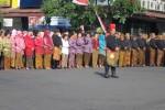 UPACARA HUT BOYOLALI--Ribuan pejabat serta PNS di lingkup Pemkab Boyolali mengikuti upacara HUT ke-165 Boyolali di Tugu Jam, Boyolali Kota, Selasa (5/6/2012). Mereka berupacara memakai pakaian Jawa. (Farida Trisnaningtyas/JIBI/SOLOPOS)