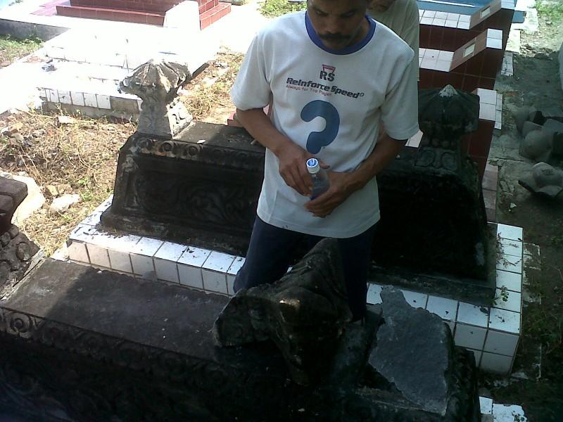 NISAN RUSAK--Sriyanto, 42, warga Dukuh Gempol, Desa Kadilanggon, Kecamatan Wedi, Klaten, menyaksikan sebuah nisan yang rusak di Permakaman Umum Ploso, Selasa (26/6/2012).(Moh Khodiq Duhri/JIBI/SOLOPOS)
