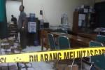 Deretan meja di ruang keuangan DPRD Grobogan diberi police line, setelah dibobol maling, Rabu (4/7/2012) dini hari. Pelaku berhasil membawa kabur uang Rp108 juta yang merupakan gaji/tunjangan tujuh anggota DPRD yang belum diambil. (JIBI/SOLOPOS/*)