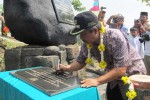 Bupati Boyolali, Seno Samodro, meneken prasasti peresmian Bumi Perkemahan Wonopotro di Dukuh Glagahombo, Desa Blumbang, Kecamatan Klego, Boyolali, Rabu (11/7/2012). (JIBI/SOLOPOS/Farida Trisnaningtyas)