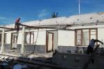 SEJUMLAH PEKERJA tengah membongkar bangunan Kantor Kecamatan Cepogo, Jumat (13/7/2012). Pembongkaran bekas kantor ini bakal berlangsung sepekan. (JIBI/SOLOPOS/Farida Trisnaningtyas)