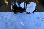Sejumlah anak menuliskan pesan di atas kain putih dalam peringatan Hari Anak Nasional di Balaikota Solo, Sabtu (14/7/2012). (JIBI/SOLOPOS/Dwi Prasetya)