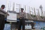 Petugas Polsek Selo memasang tanda himbauan atau larangan pendakian di pos Joglo 2, New Selo, Senin (16/7/2012). Kebijakan ini diberlakukan lantaran masih labilnya kondisi di puncak Merapi.  (JIBI/SOLOPOS/Farida Trisnaningtyas)