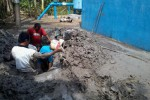 Petugas sedang memperbaiki transmisi penyalur air PDAM unit Sumberlawang di Bibis, Doyong, Miri, Sragen, Rabu (18/7/2012). (JIBI/SOLOPOS/Nenden Sekar Arum N)