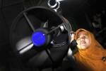 Perukyat melakukan pengamatan hilal dengan menggunakan teleskop saat dilaksanakan Rukyat Hilal Awal Ramadan 1433 H di Pos Observasi Bulan (POB) Syekh Bela-Belu Parangkusumo, Kretek, Bantul, Kamis (19/7/2012). (JIBI/SOLOPOS/Desi Suryanto)