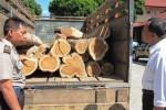 POLISI MENGAMANKAN barang bukti berupa kayu jati ilegal di Mapolres Boyolali, Senin (23/7/2012). Kayu ini diamankan dari seorang sopir truk. (JIBI/SOLOPOS/Farida Trisnaningtyas)