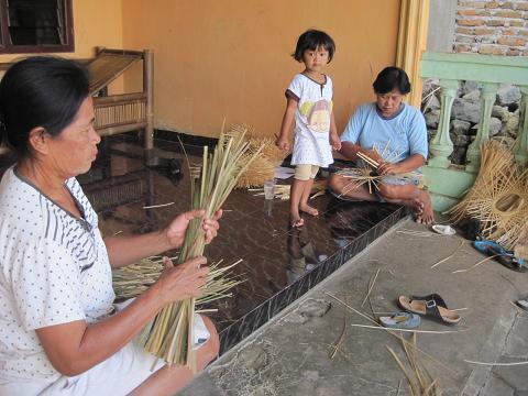 KERAJINAN—Sejumlah warga di Dukuh Brajan Sendangagung, Minggir, Sleman, membuat kerajinan berbahan bambu, Senin (23/7). (JIBI/Harian Jogja/Joko Nugroho)
