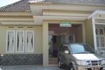 Bangunan depan Wisma Kartika di Jl Kapten Mulyadi Solo menyerupai rumah, Selasa (24/7/2012). Penginapan tersebut menjanjikan penginapan dengan suasana seerti rumah sendiri. (FOTO: Lutfiyah/JIBI/SOLOPOS)
