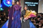 Tuty Adib (kanan) dalam sebuah fashion show busana muslim, beberapa waktu yang lalu. (FOTO: Istimewa)