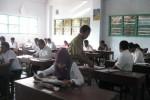 Pengawas Ujian Nasional Pendidikan Kesetaraan (UNPK) mengedarkan lembar absensi kepada peserta ujian di ruang kelas SMA Pancasila, Wonogiri, Senin (9/7/2012).