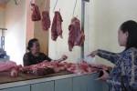 Penjual daging sapi di Pasar Boyolali Kota, tengah melayani pembeli akhir pekan kemarin. Harga daging saat itu tembus Rp70.000/kilogram. (Farida Trisnaningtyas/JIBI/SOLOPOS)