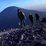 Sejumlah pendaki melakukan pendakian Gunung Merapi dengan latar belakang Gunung Merbabu yang di capai dari jalur Baru Selo, Selo, Boyolali, Jawa Tengah apda 2012 (JIBI/Solopos/Antara/Dok)
