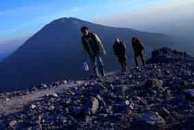 Sejumlah pendaki menyusuri jalur pendakian Gunung Merapi dengan latar belakang Gunung Merbabu, Selo, Boyolali, Jawa Tengah, (JIBI/Solopos/Antara/Dok.)