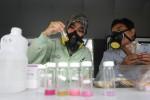 Petugas Balai Pengawasan Obat dan Makanan ( BPOM) DIY menguji sejumlah makanan untuk diteliti kandungan zat berbahaya saat digelar razia jajanan. (JIBI/Harian Jogja/Desi Suryanto)