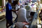 Raskin ditemukan terjual bebas di Pasar Tegalgede, Karanganyar, Senin (6/8/2012). Raskin tersebut hasil pembelian dari para tengkulak raskin. Raskin Dijual ke Tengkulak Rp85.000 per Sak. (JIBI/SOLOPOS/Indah Septiyaning W)