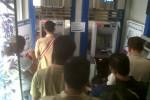 JIBI/SOLOPOS/Oriza Vilosa Antrean ATM terjadi di salah satu bank di kawasan Pasar Boyolali, Senin (13/8) siang. Jelang lebaran, nasabah menarik uang tunai untuk sejumlah keperluan, salah satunya belanja.