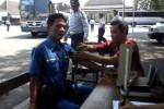 Awak bus Sugeng Rahayu menjalani tes tensi darah yang dilakukan tim Dinas Kesehatan dalam operasi gabungan di Terminal Pilangsari, Sragen, Kamis (16/8/2012). (JIBI/SOLOPOS/Tri Rahayu)