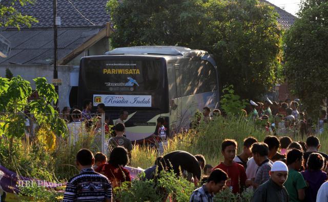 Warga melihat bus Rosalia Indah Nopol H 1513 BC yang menabrak rumah ...