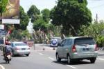Arus lalu lintas menuju Boyolali atau Semarang dialihkan ke jalur lingkar selatan dari pertigaan SMKN 1 Mojosongo, Selasa (21/8/2012). Sistem buka tutup jalan ini dilakukan untuk mengurai kemacetan. (JIBI/SOLOPOS/Farida Trisnaningtyas)