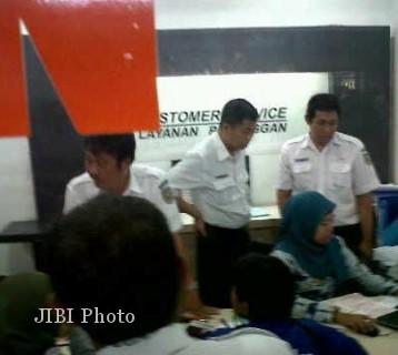 Dirut PT KAI Ignasius Jonan (berdiri dua dari kanan) meninjau pelayanan customer service di Stasiun Balapan Solo, Rabu (22/8/2012). (JIBI/SOLOPOS/Hijriyah Al Wakhidah)