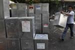 Petugas menata kotak suara untuk pelaksanaan putaran II Pilkada DKI di Kantor Kelurahan Bungur, Kecamatan Senen, Jakarta Pusat. KPU DKI Jakarta mempercepat pendistribusian surat undangan untuk memberikan suara dalam Pilkada DKI Jakarta, Pendistribusian undangan tersebut dilakukan hingga dua pekan sebelum tanggal pemungutan suara pada Pemilukada DKI Jakarta putaran kedua. (JIBI/SOLOPOS/Antara)
