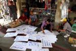 Pedagang onderdil sepeda motor Pasar Notoharjo, Semanggi, Solo, Jumat (31/8/2012), menuliskan aspirasi mereka di sejumlah poster. Aksi tersebut sebagai bentuk dukungan kepada Walikota, Joko Widodo (Jokowi), untuk maju sebagai Gubernur Jakarta. (Dwi Prasetya/JIBI/SOLOPOS)