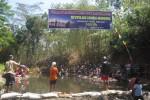 Warga mengikuti lomba memancing yang diadakan Karang taruna Pari Kesit Mandiri, Desa Kedunglengkong RT 001/ RW 001, Kecamatan Simo, Boyolal di sungai desa setempat, Rabu (22/8/2012). (Catur Andrianto/JIBI/SOLOPOS)