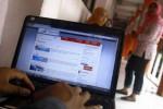 Seorang mahasiswa mengakses tiket kereta api secara online di gedung FISIP, UNS, Solo, belum lama ini. Saat ini PT Kereta Api Indonesia (KAI) meluncurkan layanan pemesanan tiket lewat internet melalui situs resmi www.kereta-api.co.id. (JIBI/SOLOPOS/Daniel Ari Purnomo)