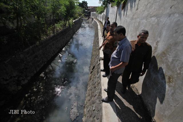 Sejumlah anggota Komisi IV DPRD Kota Solo saat melihat kondisi Kali Sonto di belakang rumah pemotongan hewan (RPH) Jagalan, Solo, Rabu (27/6/2012). (Agoes Rudianto/JIBI/SOLOPOS)