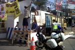 Pekerja membongkar pos pengamanan (Pospam) Lebaran di depan Pasar Boyolali Kota Boyolali, Senin (27/8/2012). (Farida Trisnaningtyas/JIBI/SOLOPOS)